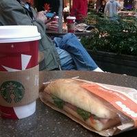 Das Foto wurde bei Starbucks von Darya T. am 11/3/2012 aufgenommen