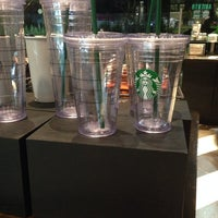 Foto tomada en Starbucks por Tania L. el 10/13/2014