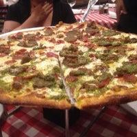 Foto scattata a Grimaldi's Pizzeria da Henry G. il 4/14/2013