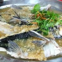 Photo taken at Langat Seafood & Beer Garden by Matthew Ethan L. on 7/7/2016