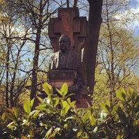 Снимок сделан в Литераторские мостки пользователем Виталий Л. 5/2/2014