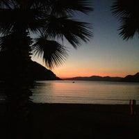 10/14/2013 tarihinde Evrimziyaretçi tarafından Delikyol Deniz Restaurant'de çekilen fotoğraf