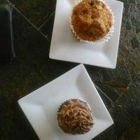 Foto tomada en Hodgepodge Coffeehouse and Gallery por Wendy H. el 10/21/2012