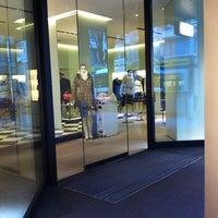 รูปภาพถ่ายที่ Prada โดย Gleb K. เมื่อ 11/11/2011