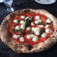 Photo prise au Goodfellas Wood Oven Pizza par Fa A. le5/16/2014