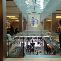 Photo taken at Apple North Michigan Avenue by Han F. on 5/26/2013
