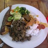 Photo taken at Restoran Bawang Merah by Izzuddin L. on 11/14/2012
