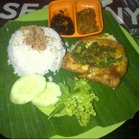 Photo taken at Ayam Penyet Kak Tari by Hardian Dwi S. on 11/6/2012