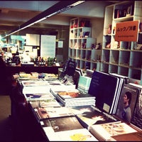 Foto diambil di Shibuya Publishing & Booksellers oleh Yuri I. pada 11/3/2012