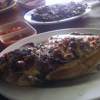 Photo taken at Ikan Bakar Minahasa by Dedyn P. on 5/1/2013