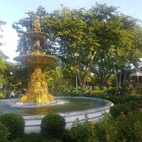 Das Foto wurde bei Saranrom Park von chang t. am 9/7/2018 aufgenommen