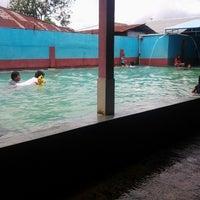 Photo taken at Kolam Pemandian Air Panas Tataaran 1 (Tataaran 1, Tondano) by Rivo W. on 1/31/2014