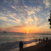 Photo taken at Sheraton Waikiki - The Edge of Waikiki Bar by Jooyeon L. on 2/22/2018