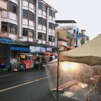 Photo taken at ตลาดโต้รุ่ง by เพียว ♡ on 1/1/2017