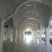Foto scattata a Masjid Sultan Ismail (Masjid Raja Chendering) da Akuma il 5/25/2013