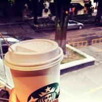 Foto tomada en Starbucks por Alejandra R. el 5/27/2013
