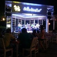Photo taken at ร้านข้าวใหม่ปลามัน by คมสรรพ์ พ. on 4/12/2013