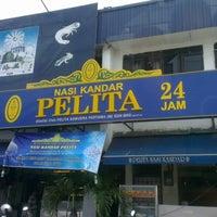 Photo taken at Nasi Kandar Pelita by lekuq a. on 9/17/2012