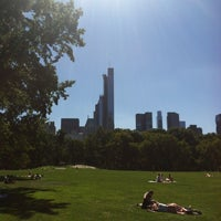 Foto tirada no(a) Sheep Meadow por 🇫🇷 Michel D. em 9/4/2013