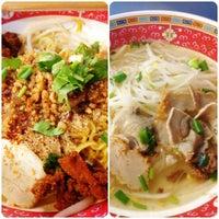 รูปภาพถ่ายที่ ก๋วยเตี๋ยวหมูห่อใบตอง | ตลาดศาลเจ้า โดย Khun ⒶⓄⓂ  ♩♪♫ เมื่อ 10/3/2012