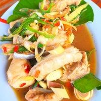 รูปภาพถ่ายที่ ร้านอาหารกินปลาทุ่งเศรษฐี โดย Khun ⒶⓄⓂ  ♩♪♫ เมื่อ 10/5/2015