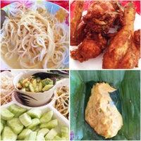 รูปภาพถ่ายที่ ขนมจีน โกจ้อย โดย Khun ⒶⓄⓂ  ♩♪♫ เมื่อ 3/21/2015