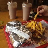 Foto tomada en Wild Willy's Burgers por Lauren H. el 6/9/2013