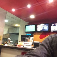 Photo taken at Pizza Hut Delivery PHD by Bernal Jesús on 3/26/2017