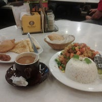 Photo taken at OldTown White Coffee by Mohamad Azmi B. on 8/16/2013
