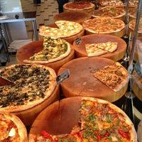Das Foto wurde bei We, The Pizza von Harjit am 4/22/2013 aufgenommen