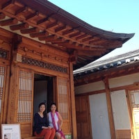 Photo taken at Bukchon Traditional Crafts Center by Lala D. on 5/24/2015