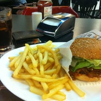 Photo taken at Eddie Fine Burgers by Fernando H. on 9/18/2012