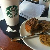 2/14/2013 tarihinde Nida .ziyaretçi tarafından Starbucks'de çekilen fotoğraf