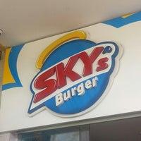 Foto tirada no(a) Sky's Burger por George R. em 5/10/2013