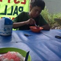 Photo taken at Es Pisang Ijo & Palu Butung Makasar by Rofiul A. on 12/8/2012