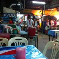 Photo taken at ร้านเก้าอี้ขาว (เรวดี) by Niti M. on 12/18/2012