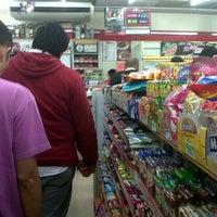 Foto tirada no(a) 7-Eleven por Abie C. em 10/4/2012