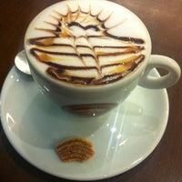 Foto tirada no(a) Café Feito a Grão por Daniel L. em 11/5/2012