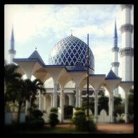 Photo taken at Masjid Sultan Salahuddin Abdul Aziz Shah by Siti Noorain M. on 12/28/2012