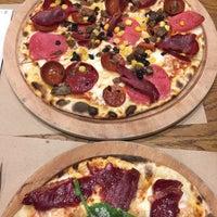 Foto scattata a Pizza Locale da Duygu C. il 7/14/2018