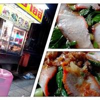 Photo taken at ชายสี่ บะหมี่ เกี๊ยว อร่อยจริงๆ by Panupan S. on 4/3/2013