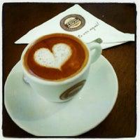 Foto tirada no(a) Café Feito a Grão por Larissa B. em 10/14/2012