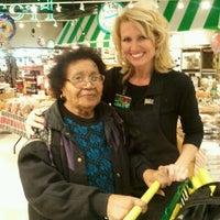 Foto tirada no(a) Lowes Foods por Lisa W. em 12/22/2012