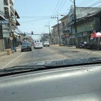 Photo taken at 7-11 ถนนกันทรลักษ์ by อยู่เพื่อเรียนรู้ ความเจ็บปวด on 4/14/2013