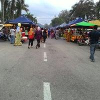 Photo taken at Pasar Malam Pekan Kg. Gajah by Azlan® on 5/29/2015