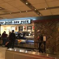 10/10/2018 tarihinde Aliaksei S.ziyaretçi tarafından burger joint new york'de çekilen fotoğraf
