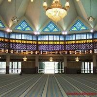 Photo taken at Masjid Negara (National Mosque) by Pejalan Malam on 10/2/2012