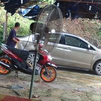 Photo taken at Paya Dalam Snow Wash by Tamidi A. on 11/15/2012
