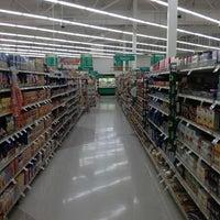 Foto tirada no(a) Lowes Foods por Jeremy D. em 1/13/2013