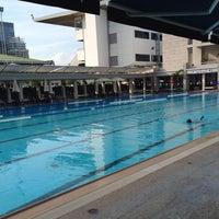Foto scattata a RBSC Swimming Pool da Tuk S. il 5/25/2014